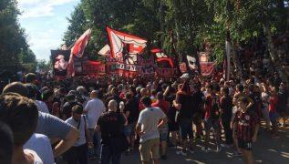 Il Milan straccia l'Inter: imbarazzante il confronto tra i tifosi presenti al raduno