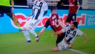 Clamoroso in Supercoppa, l'arbitro non concede un rigore enorme al Milan: fallo nettissimo di Emre Can [VIDEO]